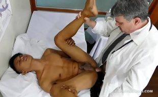 Sexo com medico gay muito gostoso comendo cu do paciente novinho