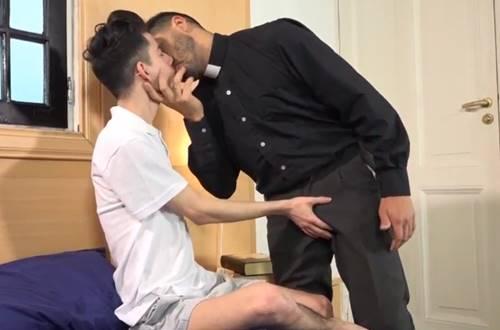 Padre gay comendo o cu do coroinha na igreja